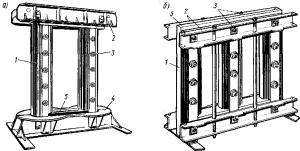 Рис. 214. Магнитопроводы однофазного тягового (а) и силового трехфазного (б) трансформаторов: 1 — стержень; 2 — ярмовые балки; 3 — стяжные шпильки; 4 — основание для установки катушек; 5 — ярмо